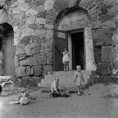 Suomenlinna, iso Mustasaari. Lapsia leikkimässä,... History Of Finland, Back In Time, Helsinki, Historian, Good Old, Ancient History, Countries, The Past, Dreams