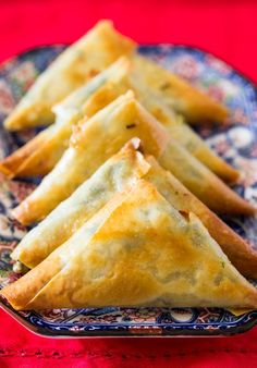 Ramadan recipes 402368547954082891 - A plate of baked spinach and feta cheese samosa Source by tcoven Samosas, Empanadas, Top Recipes, Indian Food Recipes, Cooking Recipes, African Recipes, Italian Recipes, Vegan Recipes, Spinach Pie