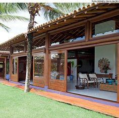 Elementos de reflorestamento, os troncos de eucalipto assumem o papel de pilares ou vigas e dão um ar de praia à construção. Projeto da arquiteta Ligia Resstom.