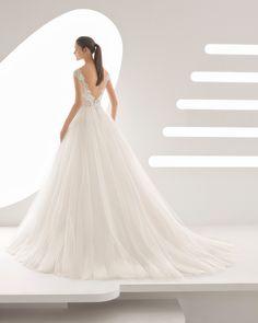 Abito da sposa stile principessa in pizzo con strass e tulle, scollo a barchetta con trasparenze e gonna ampia. Collezione 2018 Rosa Clará.