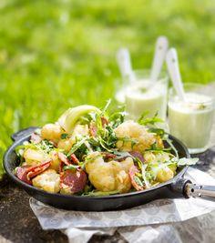 Kukkakaalit, kaalin lehdet ja viipaloidut sipulit pyöräytetään herkulliseksi paistokseksi chorizon kanssa. Kurkkaa ohje!