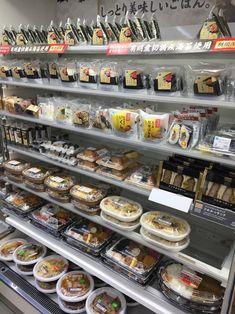 일본 신주쿠에 있는 편의점 '패밀리마트'의 간편식품 코너. 도시락, 덮밥, 삼각김밥 등 다양한 식품이 진열돼 있다. / 박원익 기자