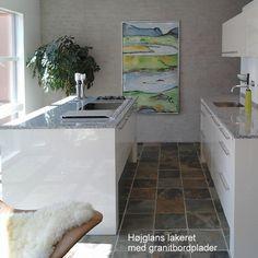 UDSTILLINGS KØKKEN SÆLGES  Flot køkken i højglans lakeret beige, granitbordplade og Gaggenau hvidevarer. Se mere på vores hjemmeside.