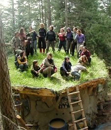 Mud Girls Natural Building Collective: a network of women builders, specializing in using local, natural and recycled materials. Cob Building, Green Building, Building A House, Eco Casas, Earthship Home, Earthship Design, Nature Sauvage, Living Roofs, Tadelakt