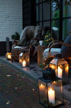XMAS | Nog groen over? Vergeet dan niet om ook buiten de decoraties door te trekken. Doe dit in hetzelfde thema als binnen. Zo creëer je eenheid. Dus: groene takken, veel kaarsen en dierenvachten. Je zou bijna buiten gaan zitten. En zoniet is dit een heel warm welkom voor de thuiskomers en gasten. #kerst #kerstdecoratie #groen #styling #landelijkwonen #instawonen #buiten #outdoor #debongerd Christmas Porch, Outdoor Christmas, Winter Balkon, Outdoor Seating, Outdoor Decor, Porch And Balcony, Winter Garden, Backyard Patio, Cozy House