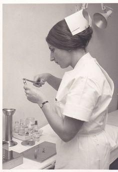 Foto gemaakt door Harry Canisius 9 maart 1968. Dit is Marijke Derks die een naald op een glas/metalen spuiten aan het zetten is.
