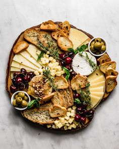 Charcuterie Recipes, Charcuterie Platter, Antipasto Platter, Gourmet Cheese, Meat And Cheese, My Favorite Food, Favorite Recipes, Food Platters, Dried Berries