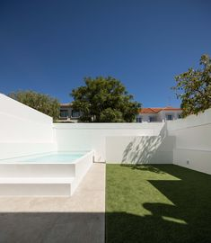 Image 6 of 28 from gallery of Cristovão House / Coletivo Cais. Photograph by Francisco Nogueira Small Backyard Pools, Backyard Pool Designs, Small Pools, Swimming Pools Backyard, Swimming Pool Designs, Garden Pool, Pool Landscaping, Patio Chico, Outdoor Pool Shower