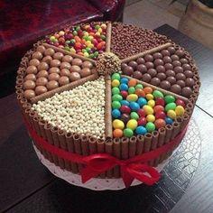 torta de chocolate y caramelos