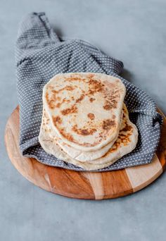 Homemade Naan Bread, Recipes With Naan Bread, Garlic Naan, Greek Yoghurt, Recipe Please, How To Make Bread, Serving Size, Fresh Herbs, Curry