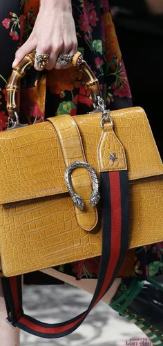 Gucci Gets Detailed for Its Spring 2016 Runway Bags Hermes Handbags, Fashion Handbags, Purses And Handbags, Fashion Bags, Large Handbags, Gucci Bags, Milan Fashion, Beautiful Handbags, Beautiful Bags