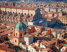 #Bologna: ti innamorerai delle sue piazze, del cibo e della sua storia.  #Bologna you'll fall in love with its squares, food and history. #Alitalia #destination #travel #discover #beauty #homeland #curiosity #wanderlust #exploring #culture
