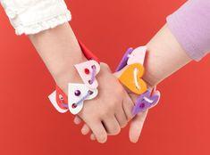 Heart friendship bracelets for valentines day party Kids Crafts, Foam Crafts, Preschool Crafts, Craft Foam, Kids Diy, Valentines Day Activities, Valentines Day Party, Valentine Day Crafts, Friendship Crafts