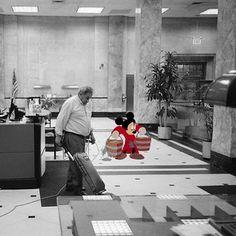 Et Mickey devient concierge… | Cet artiste place les personnages de Disney dans des situations de la vie courante