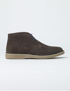 These boots are perfect for always-on-the-move types – just like you. Whether you're walking through town or taking a detour through some fields, the leather lining will keep your feet nice and cool no matter how long you're out and about. They even come with a choice of two laces: one pair to match the shade of the shoes and a second to add a splash of bright colour.