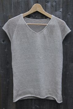 Sew T-Shirt Knitted Linen T-shirt - Just as the summer drew to a close, my summer knitting project was finally finished. It's a heavily modified version of the Clearwing pattern that I have used before, this time with linen yar… Knitting Pullover, Knitting Yarn, Hand Knitting, Knitted T Shirt, Knitting Machine, Summer Knitting Projects, Linen Tshirts, Summer Sweaters, How To Purl Knit