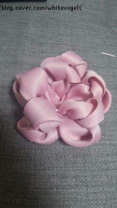 빵빵이♥♥ : 네이버 블로그 Ribbon Crafts, Flower Crafts, Baby Hair Bands, Hair Bow Tutorial, Cake Decorating Tutorials, Silk Ribbon Embroidery, Handmade Flowers, Fabric Flowers, Hair Bows