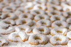 Vanillekipferl Rezept - einfach gemacht, besonders mürbe & vanillig Doughnut, Cereal, Treats, Cookies, Baking, Breakfast, Easy, Desserts, Recipes