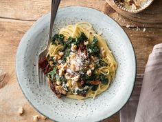 Spaghetti mit getrockneten Tomaten, Spinat und Walnüssen