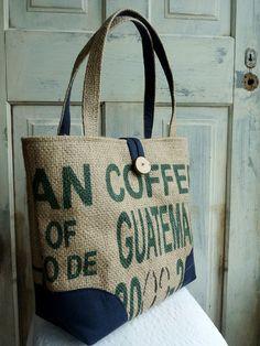 Fourre-tout recyclé. Sac de tous les jours. Sac de livre. Sac de café en jute. Bleu marine et à carreaux.