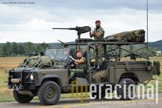 """Land Rover """"Commando Assault Vehicle"""" , equipado com 1 metralhadora .50, 4 5,56mm e 1 CSR Carl Gustaf."""