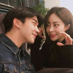 Ulzzang couples uploaded by ✿𝐑𝐨𝐰𝐞𝐧𝐚 𝐑𝐚𝐯𝐞𝐧𝐜𝐥𝐚𝐰✿ Ulzzang Couple, Ulzzang Girl, Cute Couples Goals, Couple Goals, Cute Relationships, Relationship Goals, Couple Look, Korean Couple Photoshoot, Korean Ulzzang