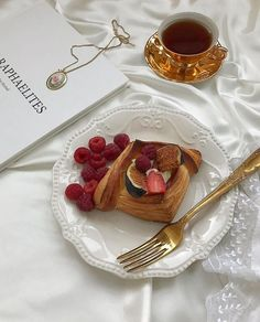 Discovered by 𝐊 𝐀 𝐓 𝐙 𝐄. Find images and videos about food, aesthetic and indie on We Heart It - the app to get lost in what you love. Think Food, I Love Food, Good Food, Yummy Food, Cafe Food, Aesthetic Food, Aesthetic Coffee, Gold Aesthetic, Aesthetic Pics