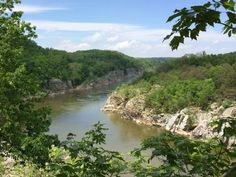 This 3-mile Great Falls loop hike takes you beside Difficult Run, up alongaridge, and down tothe Potomac River, on shadytrails with gorgeousviews. It