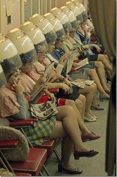 Como han cambiado los tiempos, amamos echar la vista atrás para recuperar este tipo de fotografías. 1960 Hair salon. 