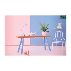 As cores de 2016 pela Pantone: Rosa Quartz e Serenity.  A cor nos leva para uma outra dimensão, onde existem muitas contradições e não há regras definidas ou impostas. As cores de 2016 são frescas e animadas, trazendo em si uma sensação de leveza e simplicidade. Harmonias suaves de famílias de tons próximos podem ser trabalhadas em graduações e em alguns casos são apresentadas em contrastes marcantes. #archlovers #arquitetura #decoração #designinteriores #decor #decorate #decorating…