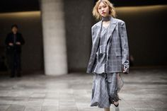Street style at Seoul Fashion Week fall 2017.