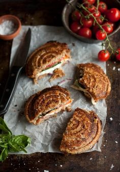 'pizza' jaffles pizza jaffels with tomato, mozzarella, red onion and basil Pizza Au Four, Great Recipes, Favorite Recipes, Dip Recipes, Good Food, Yummy Food, Wrap Sandwiches, Learn To Cook, Gastronomia