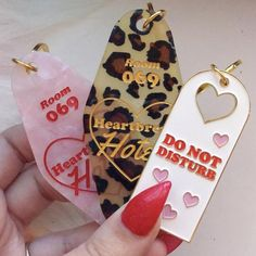 accessories useful Do not disturb door hanger enamel keychain Clueless, Cute Car Accessories, Wrangler Accessories, Girly Car, Things To Buy, Stuff To Buy, Car Stuff, Car Essentials, Car Keys