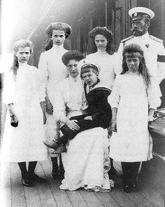 Romanovfamily on the Standart  (viahttp://theromanovfamilysite.webs.com/photos/The-Romanov-Album/family%20on%20the%20standart.jpg)
