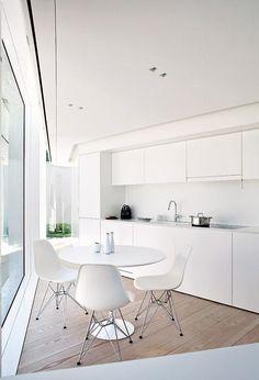 Minimalistische Küche in Weiß