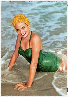 The mid-late was a breakthrough period of women swimwear, with its peak was the birth of the bikini in And it really boomed in t. Vintage Bathing Suits, Vintage Swimsuits, Women Swimsuits, Retro Fashion, Vintage Fashion, Classic Fashion, Green Fashion, Photo Vintage, 50s Vintage