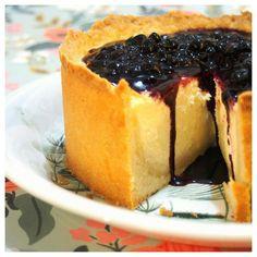 Amerikkalainen juustokakku mustikkapiirakkatäytteellä. An American cheesecake with blueberrypie filling.