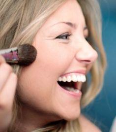 No verão, parece que tudo está conspirando contra o bem estar da sua pele, né?! Veja algumas dicas de como fazer sua maquiagem durar nos dias mais quentes.