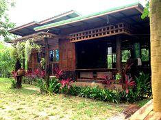 ทุกพื้นที่ของบ้านเน้นความโปร่ง สบาย ด้วยไม้ระแนงเป็นซี่ ๆ ช่องลม Box House Design, Bamboo House Design, Hut House, Simple Shed, A Frame House, Farm Stay, Cabins And Cottages, New House Plans, House In The Woods