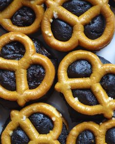 Cookie Dough stuffed pretzels - the best part? these are 100% gluten free + vegan, but you'd NEVER KNOW! #glutenfree #vegan #vegandesserts #cookiedough Stuffed Pretzels, Gluten Free Pretzels, Microwave Popcorn, Brownie Batter, Gluten Intolerance, Onion Rings, Vegan Desserts, Vegan Gluten Free, Cookie Dough