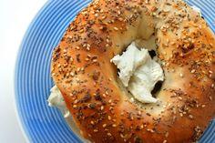Bagel cu crema de branza si germeni