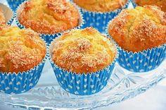 I muffin al cocco sono dei deliziosi dolci morbidi da colazione. Il gusto delicato del cocco rende questi muffin adatti ad ogni palato e la ricetta per prepararli è davvero molto semplice.