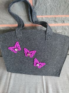 The bag is made of grey felt, with super beautiful Felt Butterflies, each butterfly has one in metal-framed glass stone It is 35 x 28 cm tall Shopper, Madewell, Felt, Butterfly, Etsy, Tote Bag, Bags, Beautiful, Fashion