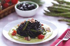 Spaghetti alla chitarra al nero di olive con asparagi e pancetta