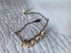 bracelet en chaîne couleur bronze et fleurs en verre écru : Bracelet par lacouronneenzinc