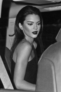 I love unstaged photos of models. Kendall Jenner looks amazing here. Kourtney Kardashian, Kardashian Jenner, Pretty People, Beautiful People, Kendall Y Kylie Jenner, Celebrity Makeup, Celebs, Celebrities, Looks Style