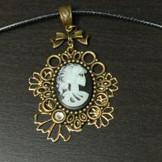 Collier vintage, fantaisie, steampunk avec fleures dorées et cabochon