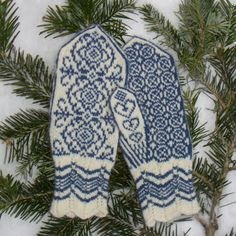 Ravelry: Winter Rose Mittens/Vinterrose Votter pattern by Wenche Roald Knitted Mittens Pattern, Loom Knitting Patterns, Knit Mittens, Knitted Gloves, Knitting Socks, Knitting Projects, Hand Knitting, Knitting Tutorials, Hat Patterns