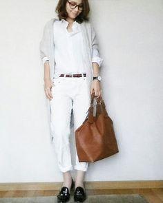 ホワイトコーデにグレーのロングカーディガンで落ち着いたイメージの女性に♡