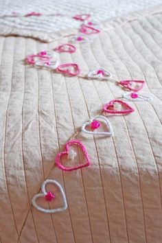 Pipe Cleaner Heart Garland: To make them you will need 25cm pipe cleaners (cit a 30cm pipe cleaner in half if you have difficulty getting 30 cm ones) and some round and star-shaped pony beads in complimentary colours.